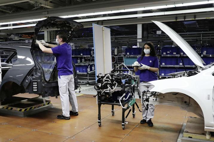 Volkswagen va relua treptat producția